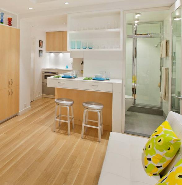 Gian bếp nhỏ với sơn màu trắng với đầy đủ ngăn kéo để đựng trữ đồ. Nhà tắm chiếm 1 không gian nhỏ, ẩn mình kế bên gian bếp.