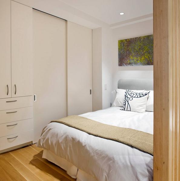 Chủ nhà cũng khéo léo sắp xếp tủ áo quần sở hữu hầu hết ngăn kéo để cất đồ bên trong phòng ngủ.