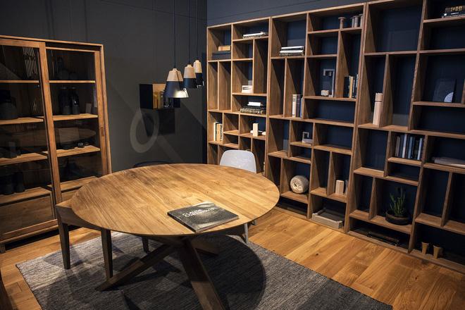 Sau lúc bố trí hết tất cả số sách của mình, những không gian trống bạn khả năng sử dụng là nơi cất giữ những phụ kiện, nhờ ấy mà mẫu bỏ được hoàn toàn không gian chết trong nhà.